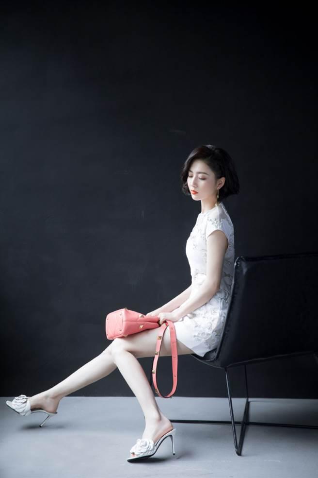 佟麗婭一雙長腿相當纖細。(圖/取材自Hello佟麗婭微博)
