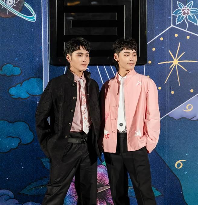 展榮(左)、展瑞受邀台北時裝週看秀。(華納提供)