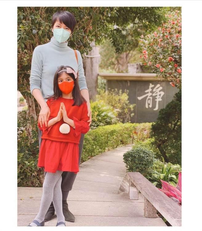 不久前梁詠琪曬出和愛女合照,沒想到6歲女兒承襲超強基因,暴風抽高後,身高已到她的胸口,網友紛紛驚呼「以後必超越媽媽」。(圖/ 摘自梁詠琪IG)