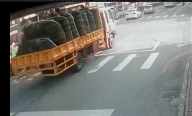事故发生当天上午8:09,道路监控员驾驶一辆装满轮胎的工作卡车前往施工现场,对李义祥进行了拍照。  (照片/录像由王志伟拍摄)