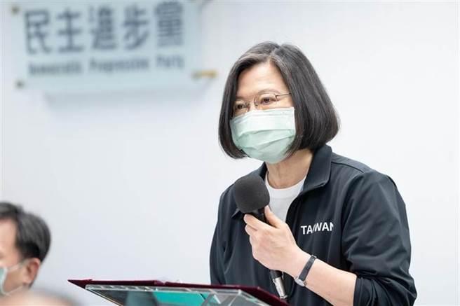 民进党主席蔡英文,向台湾铁道太鲁阁默哀。  (照片/ DPP提供)