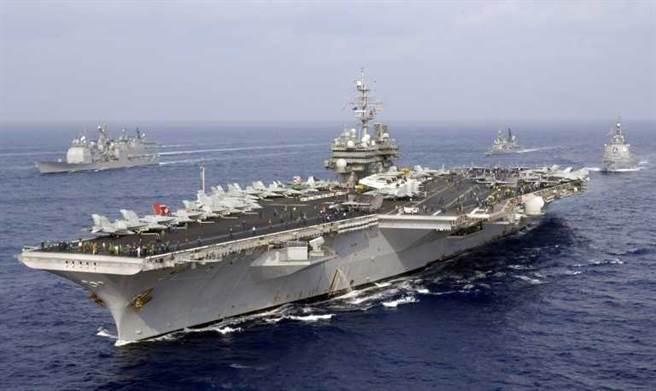 美国媒体曾报道说,已退役的美国航母基蒂·霍克(如图)在2006年10月遇到了一支传统的中共宋式潜艇,意外地潜入鱼雷范围。
