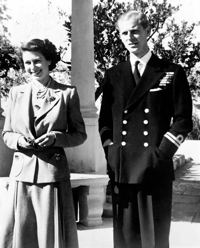 该图显示了1949年11月25日在马耳他的女王和菲利普亲王的合影。尚未确认这张照片是女王在王子的葬礼上拍摄的。  (数据/ TPG照片,大智图片)