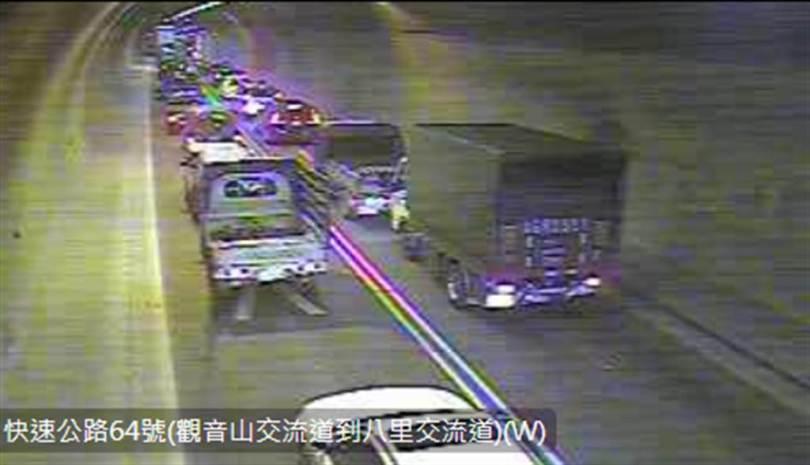 台64再傳車禍,車流回堵到觀音山隧道內。(圖/公路總局影像監測網)