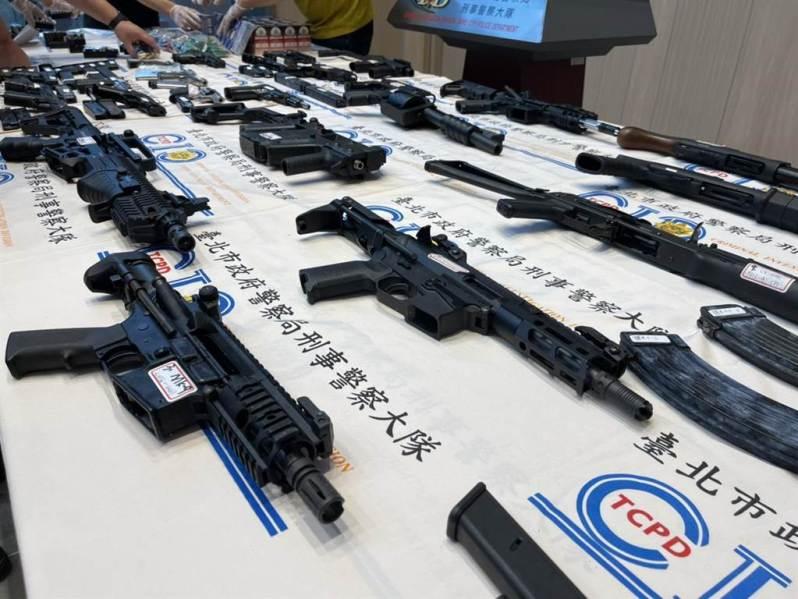 北市刑大破獲天道盟軍火庫,查扣24把長短槍械。(北市刑大提供)
