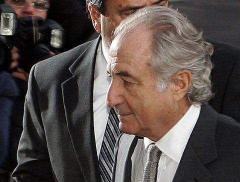 650억달러 규모의 다단계 금융사기를 저지른 혐의를 받은 버나드 메이도프가 2008년 법정에 출두하기 위해 뉴욕 맨해튼의 저택을 나서고 있다. 그는 법원에서 11개 혐의에 대한 유죄를 인정한 뒤 150년형을 선고받았다.