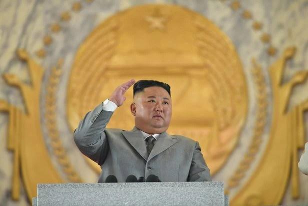 북한은 10일 노동당 창건일 75주년을 맞아 평양 김일성 광장에서 열병식을 개최했다고 노동당 기관지 노동신문이 전했다. 사진은 김정은 국무위원장이 연설을 하면서 오른손을 높이 든 모습./노동신문 뉴스1