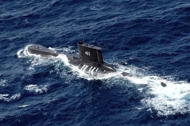 인도네시아 발리섬 인근 해역에서 훈련 도중 연락이 두절된 독일산 재래식 잠수함 'KRI 낭갈라 402호'가 2014년 10월 6일 동자바섬의 투반 인근 해상을 항해할 당시 모습./AP 연합뉴스