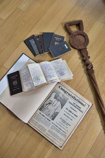 한상기 박사가 추장으로 추대된다는 뉴스가 실린 나이지리아 현지 신문과 추장 지팡이, 그동안 사용한 여권 무더기. 국제열대농학연구소(IITA)에서 23년 근무하는 동안 한 박사는 여권에 도장 찍을 자리가 부족해 종이를 여러 장 덧대 사용해야 할 정도로 출장이 잦았다. /한준호 영상미디어 기자