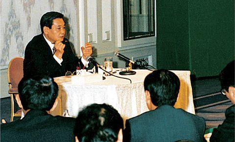 지난 1993년 6월 이건희 삼성그룹 회장이 독일 프랑크푸르트 캠핀스키 호텔에서 '신경영'을 설명하고 있다./삼성