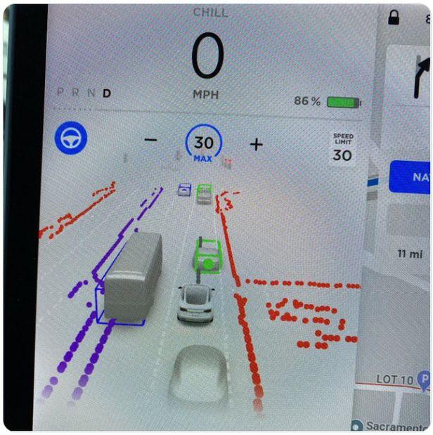테슬라의 완전자율주행(FSD) 베타 서비스를 이용한 운전자가 올린 FSD 작동 화면. /트위터