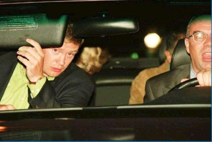 Lady Di mirando por la ventanilla trasera del Mercedes en el que viajaba con Dodi al Fayed de madrugada el 31 de agosto de 1997 momentos antes del accidente. (EFE)