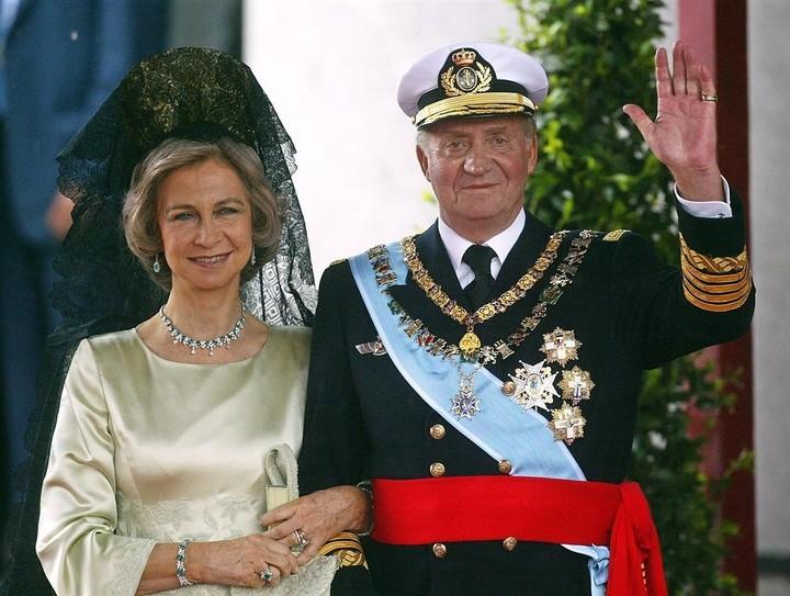 Rey y reina. Sofia y Juan Carlos en una foto tomada en mayo de 2004, al finalizar la boda de Felipe y Letizia. Foto: AFP