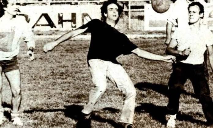 Gustavo Cerati juega al fútbol en el Estadio Municipal de Puerto Montt, en Chile, antes de la prueba de sonido para un recital con Soda Steneo, en 1987.