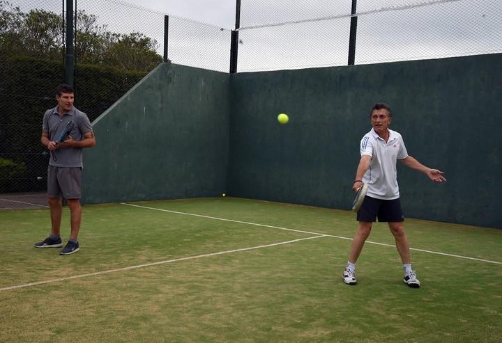 Un poco de tenis. Un revés de Mauricio Macri durante la veda electoral de 2015.