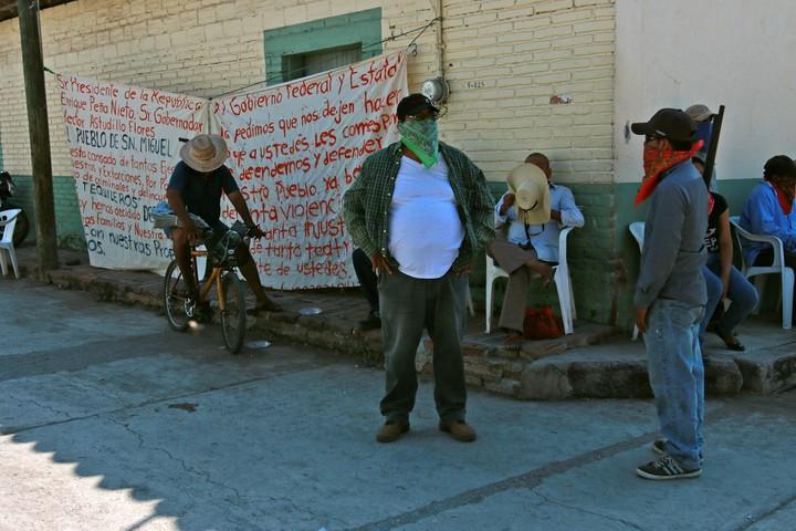 Habitantes armados vigilan la población para evitar un posible ataque de un grupo criminal denominado Los Tequileros en San Miguel Totolapan (México). / EFE
