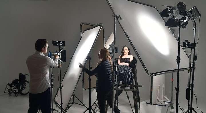 En silla de ruedas, cumplió su sueño de ser modelo y llegó a la pasarela