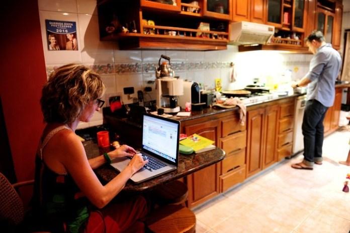 Una pareja que comparte las tareas domésticas. Foto: Juano Tesone