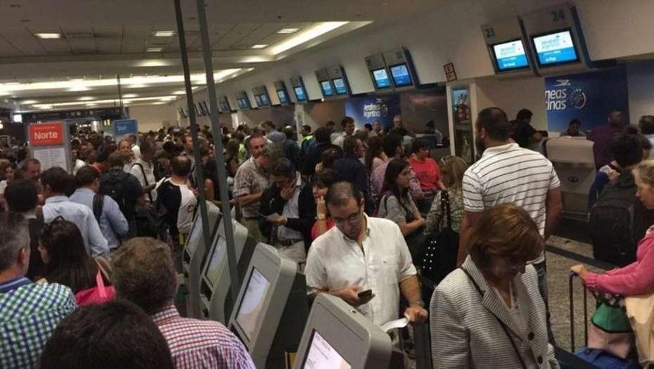 Cancelan más de 30 vuelos de Aerolíneas y Austral por fallas en el sistema de despacho