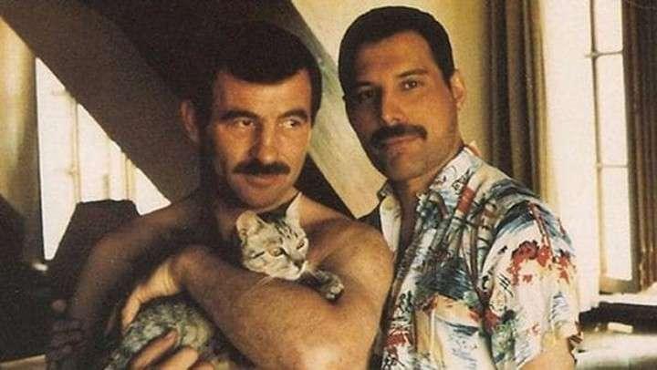 Freddie Mercury  con su pareja, el peluquero Jim Hutton, quien lo acompañó hasta su muerte.