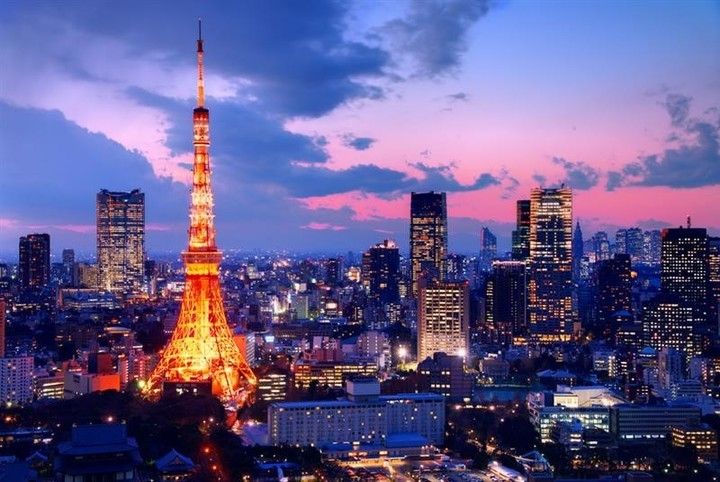 A panoramic view of Tokyo with its famous radio tower.