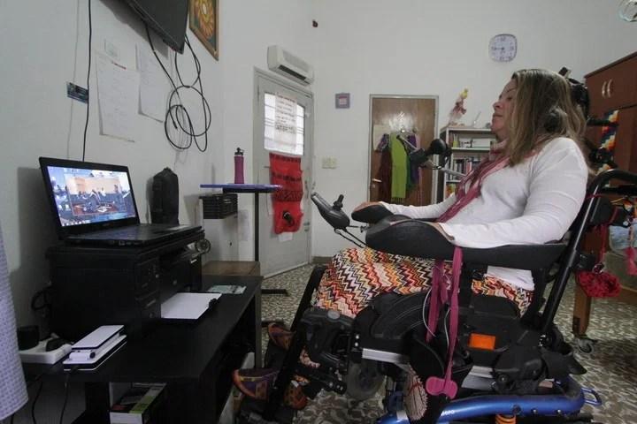 Es parapléjica, sólo mueve la cabeza y da clases de danza
