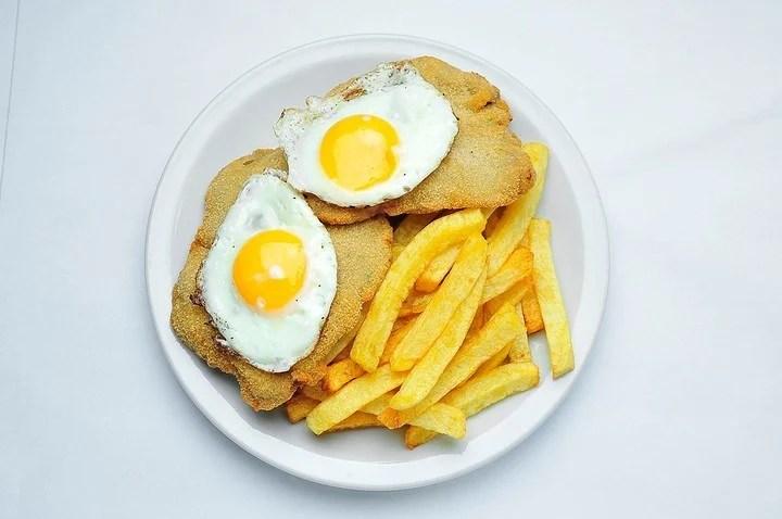 A caballo; con dos huevos y papas fritas.