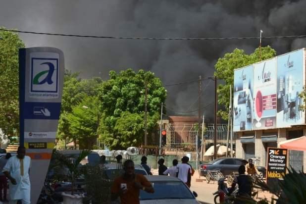 """Burkina Faso: al grito de """"¡Alá es grande!"""", atacan la embajada de Francia"""