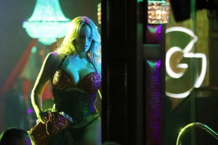 Imagen tomada el pasado 9 de marzo muestra a Stormy Daniels en pleno show de striptease en el club Solid Gold Fort Lauderdale en Pompano Beach, Florida. / AFP