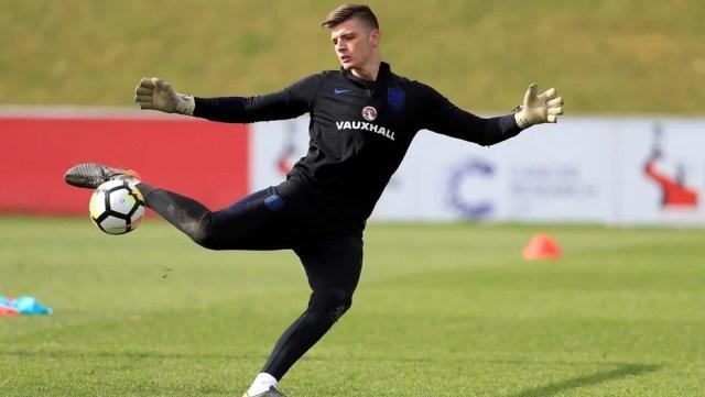 Nick Pope, entrenando con la selección inglesa en el St Georges Park ubicado en Burton. AP.