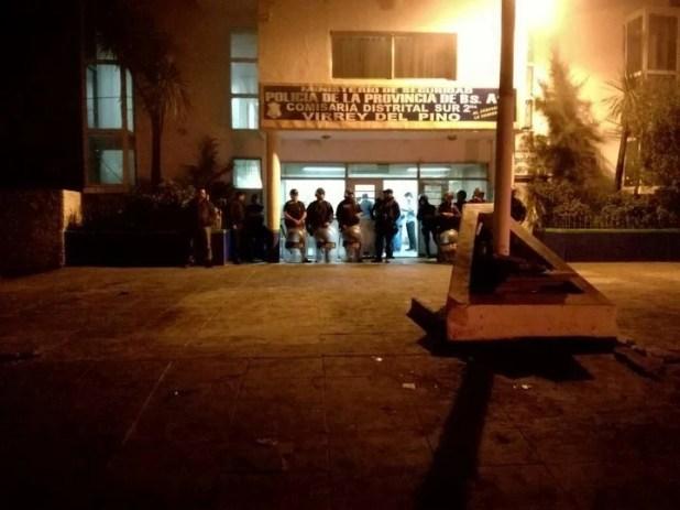Protesta en Virrey del Pino, en la noche del domingo, tras el crimen (Mario Sayes)