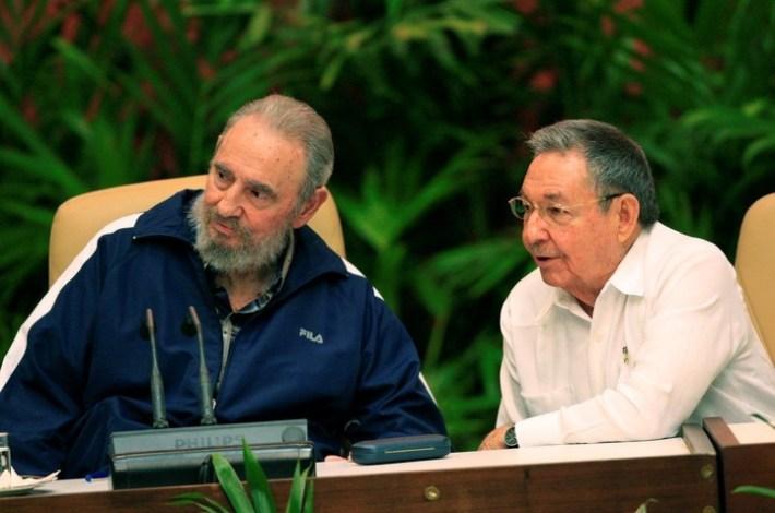 El fallecido ex presidente de Cuba, Fidel Castro (izq.) y su hermano. Foto: Cubadebate vía dpa