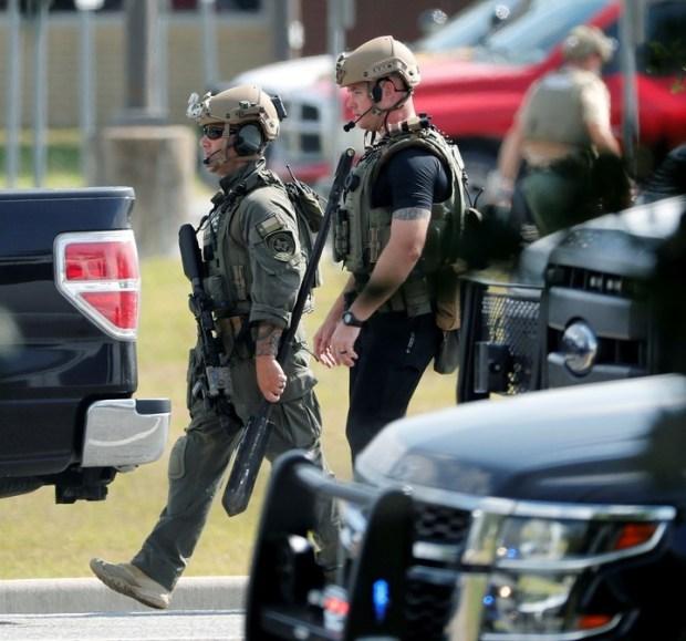 Policias con equipos especiales en la escuela Santa Fe High School./ AP