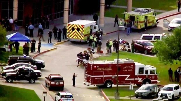 La policía respondió al reporte de un tiroteo en una escuela en Santa Fe, Texas. (AP)