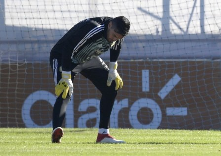 Argentina's goalkeeper Sergio Romero stretches during a training session in Ezeiza, Buenos Aires, on May 22, 2018.Sergio Romero injured his right knee during a training session on Tuesday and will miss the FIFA 2018 World Cup starting next month in Russia. / AFP PHOTO / Juan MABROMATA