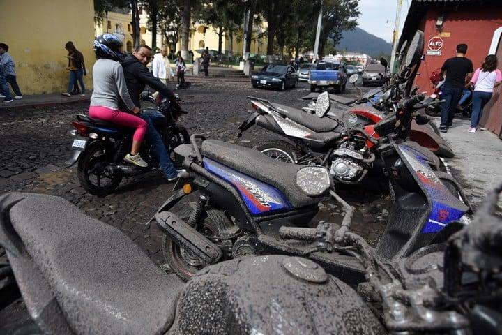 La ciudad de Guatemala quedó cubierta de cenizas por la erupción de un volcán. AP
