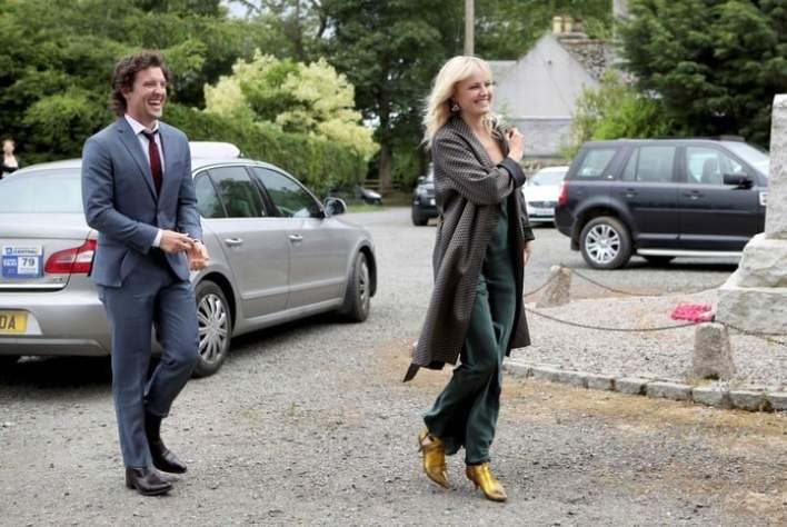 El actor Jack Donnelly y su mujer,  Malin Akerman, entre los invitados. (AP).