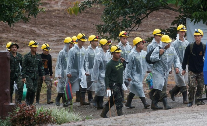 Los rescatadores caminan hacia la entrada del complejo de cuevas donde estaban los nenes atrapados. (AP Photo/Sakchai Lalit)