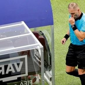 Un hito en la final: Néstor Pitana sancionó penal para Francia con ayuda del VAR