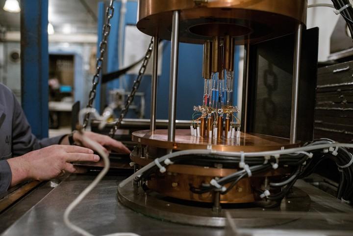 Valery Gorbachev, investigador principal, instala contadores con isótopos radioactivos. (Maxim Babenko/The New York Times)