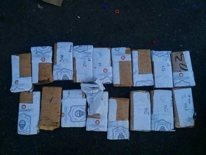 Los 17 panes de marihuana que hallaron en un contenedor de basura frente a la casa del policía Soria Barba.
