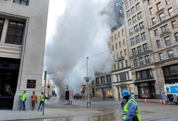 El alcalde Bill de Blasio dijo que podría tomar días revisar y limpiar los edificios. (Foto: AP).