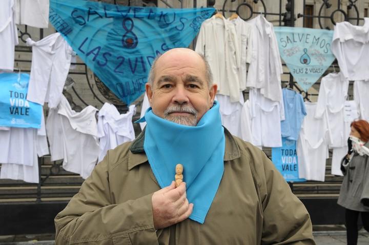 """""""No podemos ir en contra de nuestros principios"""", dijo el médico Luis Flores Sierna, que llevaba un feto de silicona de unos 4 centímetros. Foto: Silvana Boemo"""