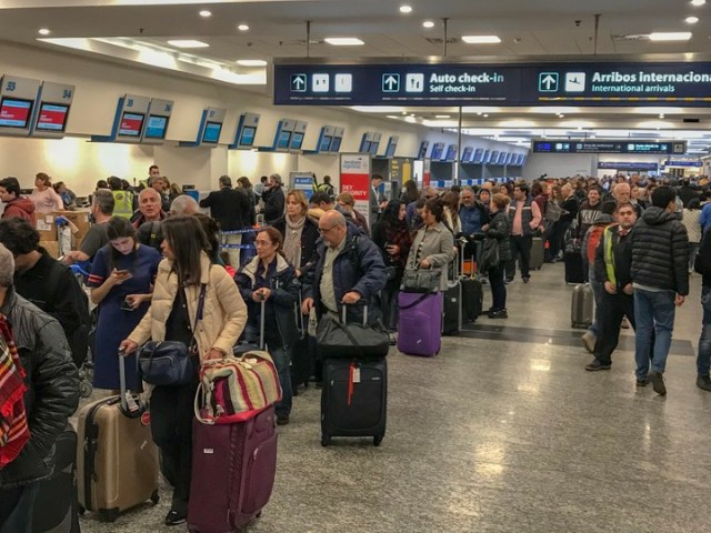 Gran cantidad de pasajeros demorados en Aeroparque en una de las tantas esperas habituales en aeropuertos. (Rafael Mario Quinteros )