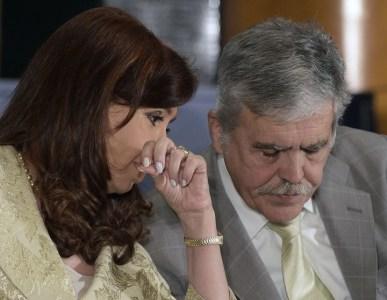 La presidente Cristina Kirchner con el ministro de Planificación Federal, Julio de Vido,  en 2014, hoy preso. AFP PHOTO / JUAN MABROMATA