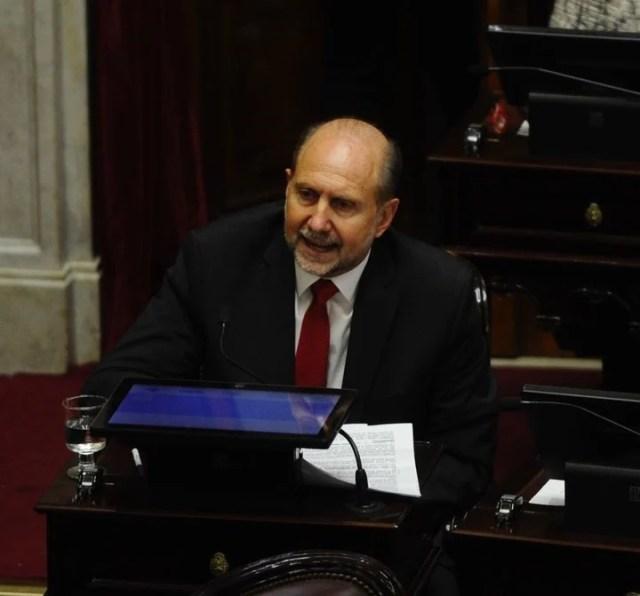 El  Senador Omar Perotti de Santa Fe se abstuvo en la votación por la despenalización del aborto. Foto:  Juan Manuel Foglia