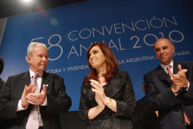 La presidenta Cristina Fernández de Kirchner, junto a Enrique Wagner y Juan Chediack, en el cierre de la 58ª Convención de la Cámara de la Construcción en 2010.