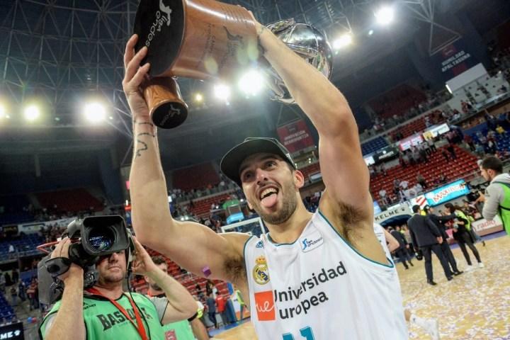 Facundo Campazzo celebra el título en la Liga ACB, en junio, tras derrotar a Baskonia. Foto: EFE