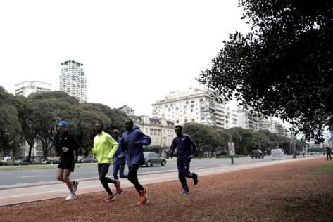 Los atletas Bedan Karoki, Mosinet Geremew, Lawrence Cherotich y Maxell Rotich, en Palermo. Fotos: Emmanuel Fernández