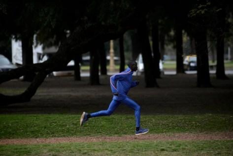 Maxell Rotich se entrena con pasadas en Palermo. Foto: Emmanuel Fernández